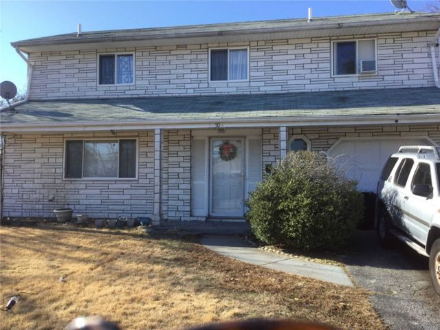 3 BR,  1.50 BTH Splanch style home in Central Islip