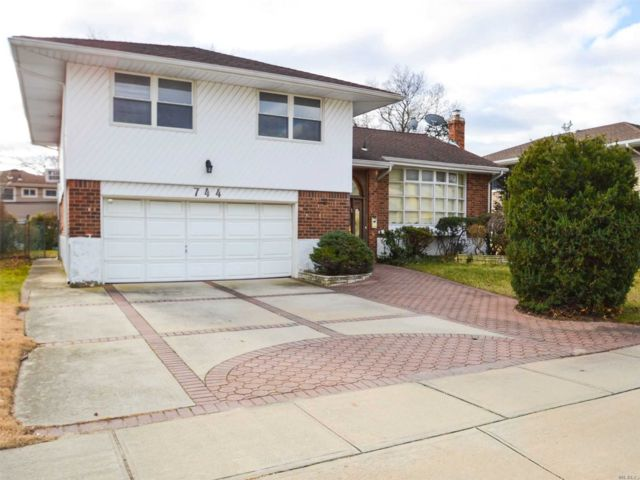 5 BR,  3.00 BTH Split level style home in North Woodmere