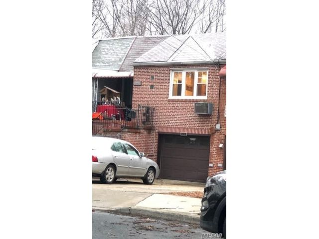 2 BR,  2.00 BTH  Raised ranch style home in Rego Park
