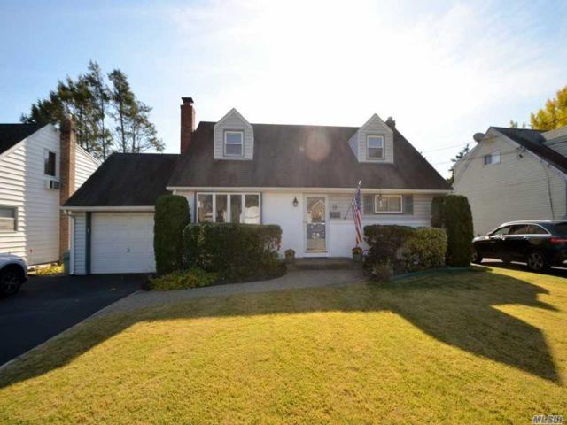 5 BR,  2.00 BTH Cape style home in Glen Head
