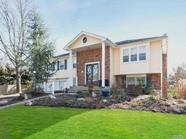 5 BR,  2.50 BTH Hi ranch style home in East Northport