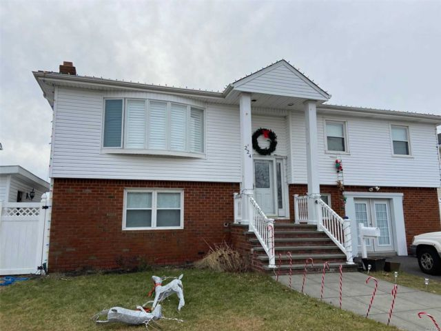 4 BR,  3.00 BTH Hi ranch style home in Island Park