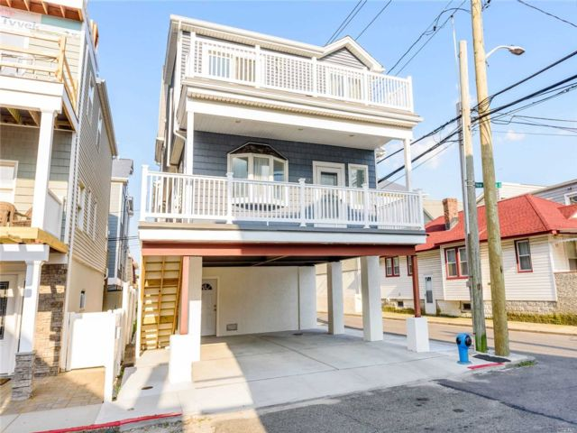 4 BR,  2.00 BTH 2 story style home in Long Beach