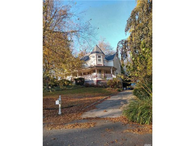 4 BR,  3.00 BTH Victorian style home in Stony Brook