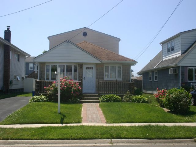 4 BR,  2.00 BTH  Exp ranch style home in Lindenhurst