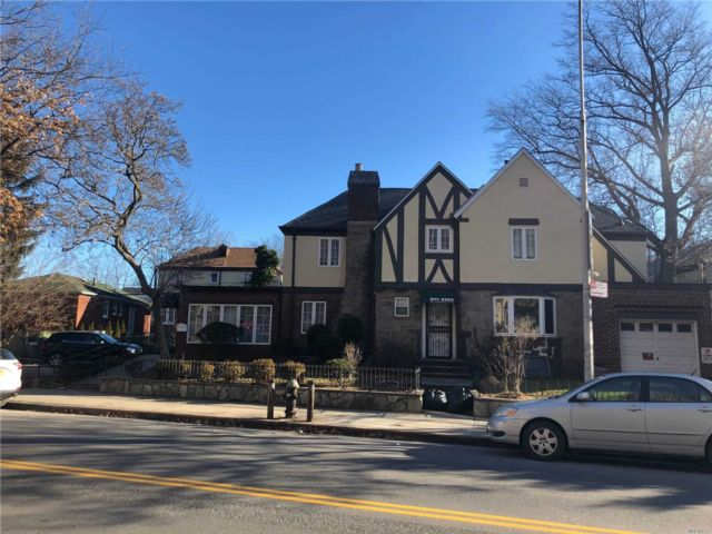 7 BR,  3.00 BTH  Colonial style home in Flushing