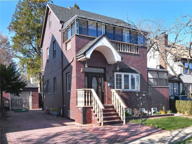 6 BR,  6.00 BTH  Colonial style home in Flushing