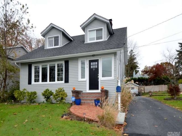 3 BR,  2.00 BTH Colonial style home in Glen Head