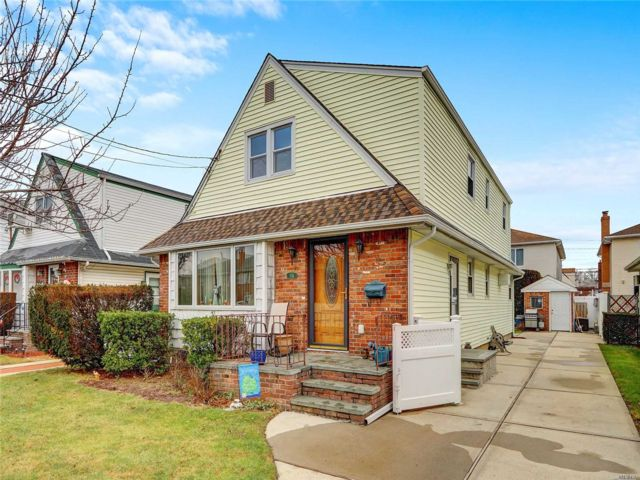 6 BR,  3.00 BTH Exp cape style home in New Hyde Park