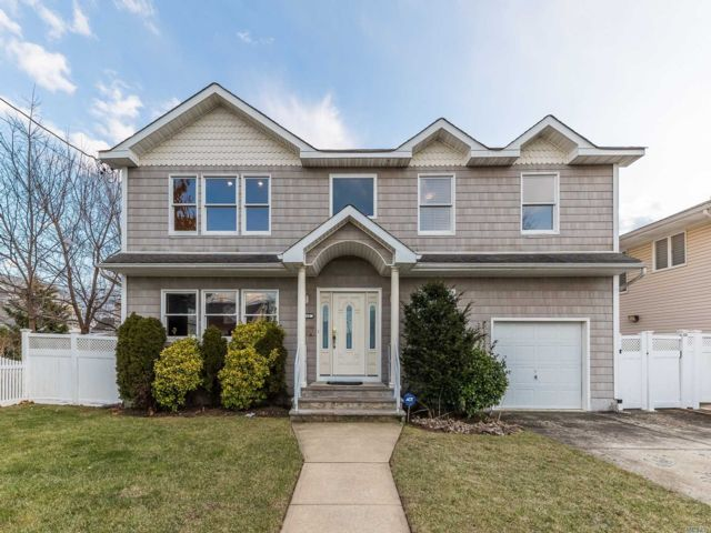 4 BR,  2.50 BTH Colonial style home in Baldwin