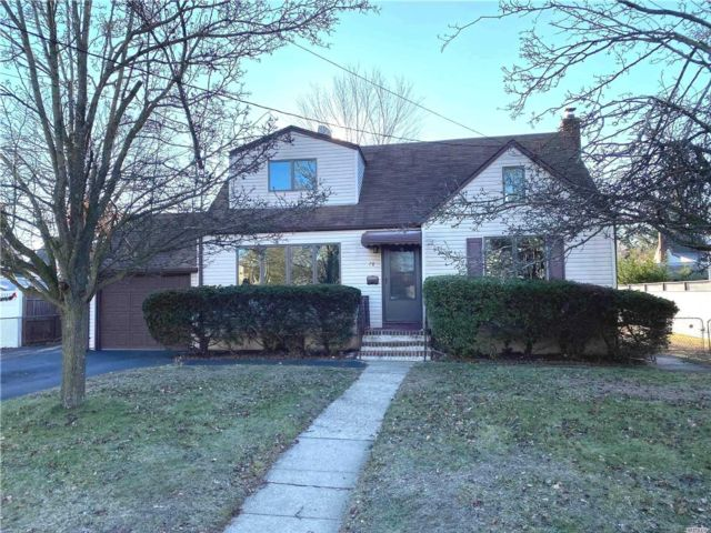 4 BR,  2.00 BTH Exp cape style home in Deer Park