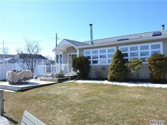2 BR,  2.00 BTH Cottage style home in Bay Shore