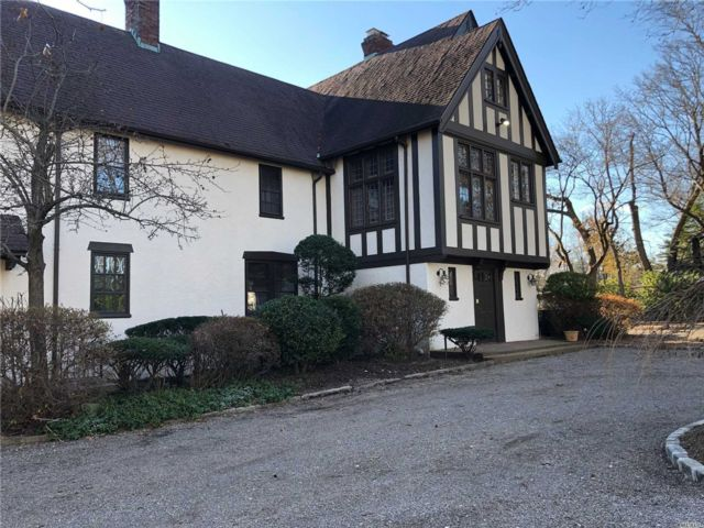 6 BR,  5.50 BTH House rental style home in Woodmere