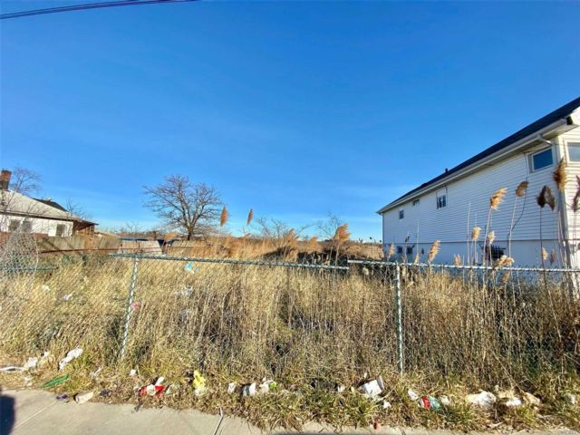 Lot <b>Size:</b> 40x100 Land style home in Far Rockaway