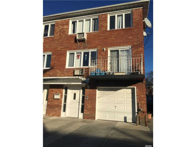 7 BR,  3.50 BTH 2 story style home in Bayside