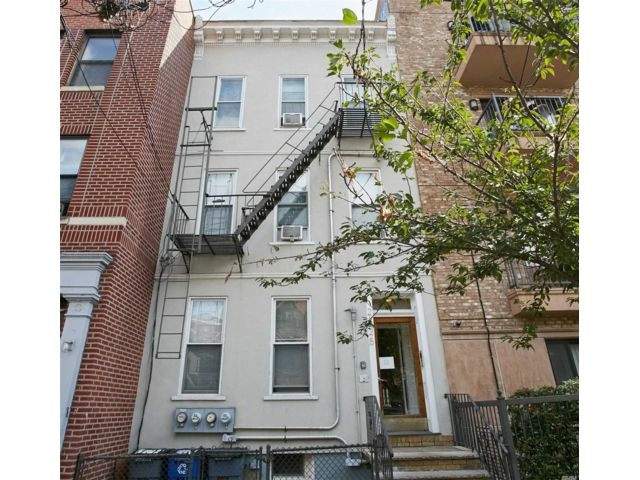 6 BR,  3.00 BTH  Townhouse style home in Astoria