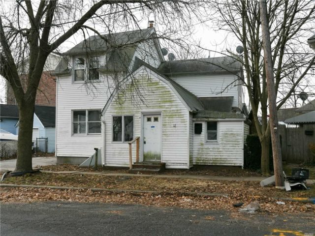 7 BR,  3.00 BTH Colonial style home in Hicksville
