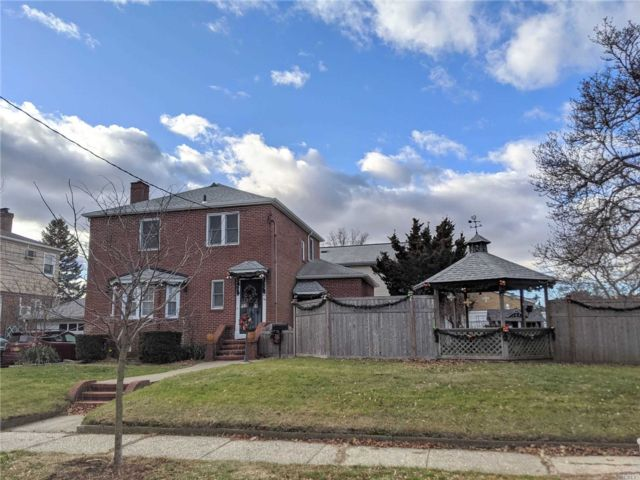 4 BR,  3.00 BTH  2 story style home in Flushing