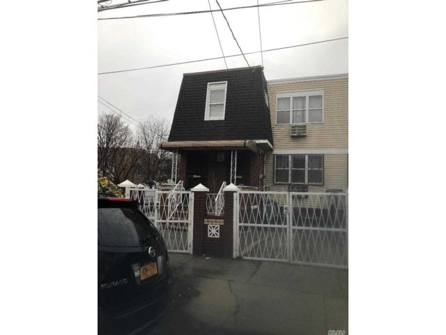 8 BR,  3.50 BTH Colonial style home in Jamaica