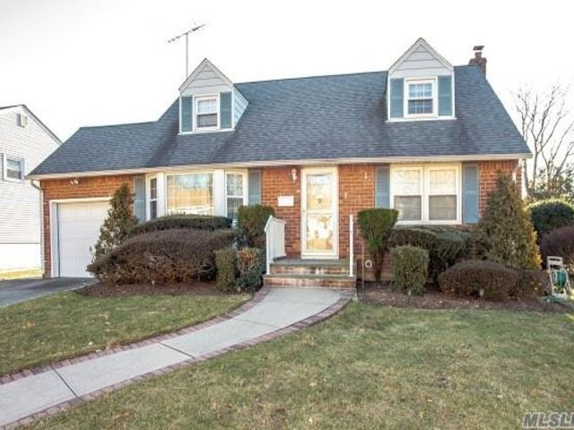 4 BR,  2.00 BTH  Exp cape style home in Hicksville