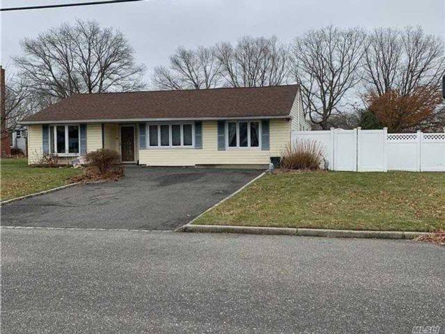 4 BR,  2.00 BTH  Ranch style home in Selden