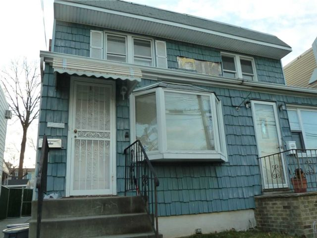 3 BR,  1.00 BTH Colonial style home in Bayside