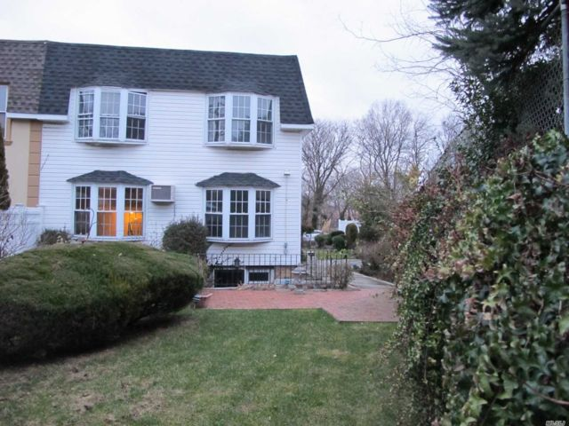 7 BR,  5.00 BTH  Townhouse style home in Bayside