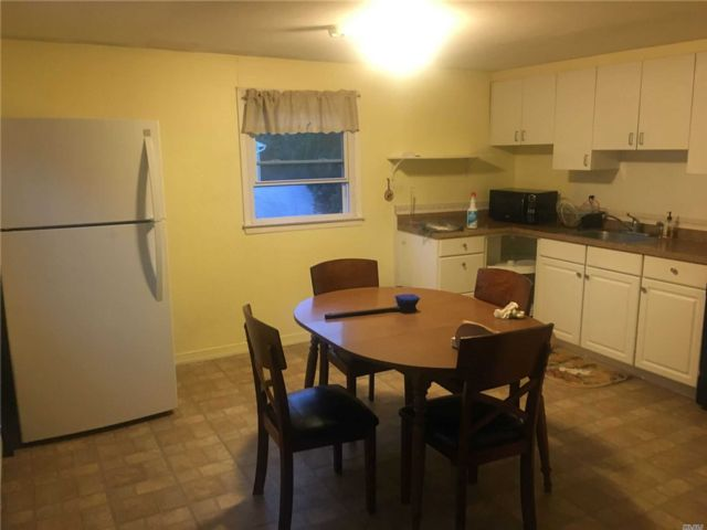2 BR,  1.00 BTH Apt in house style home in North Babylon