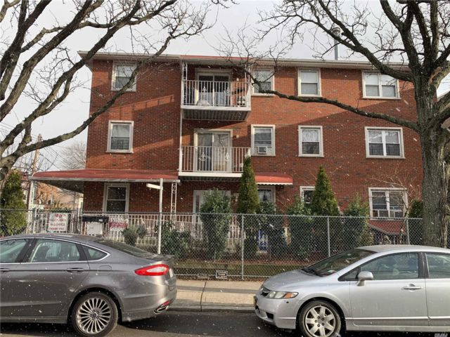 8 BR,  6.50 BTH Colonial style home in Astoria