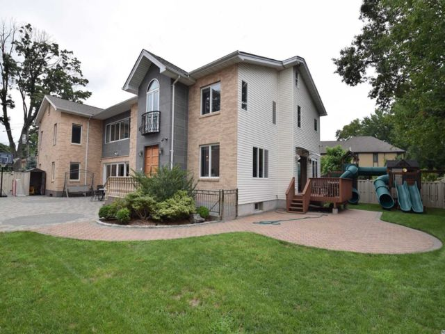8 BR,  7.50 BTH Colonial style home in Holliswood