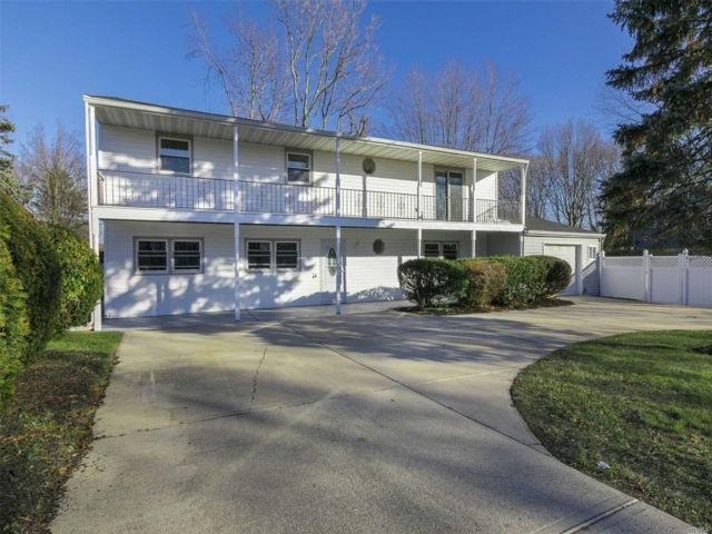 6 BR,  3.00 BTH 2 story style home in Patchogue