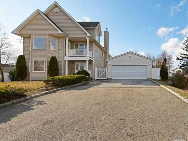 3 BR,  3.00 BTH Colonial style home in Oakdale