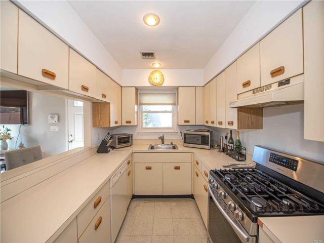 1 BR,  1.50 BTH  Co-op style home in Merrick