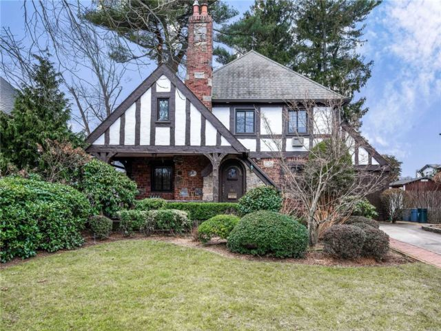 4 BR,  2.50 BTH Tudor style home in Merrick