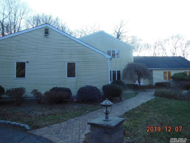 5 BR,  3.55 BTH Colonial style home in Setauket