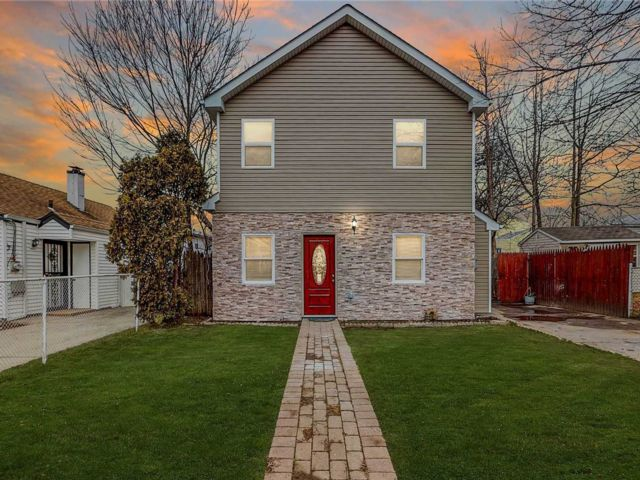 7 BR,  2.00 BTH Colonial style home in Hempstead