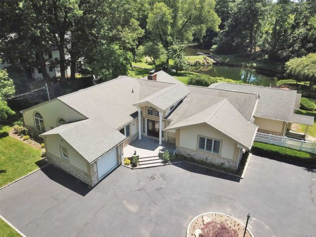 4 BR,  2.50 BTH Ranch style home in Roslyn Harbor