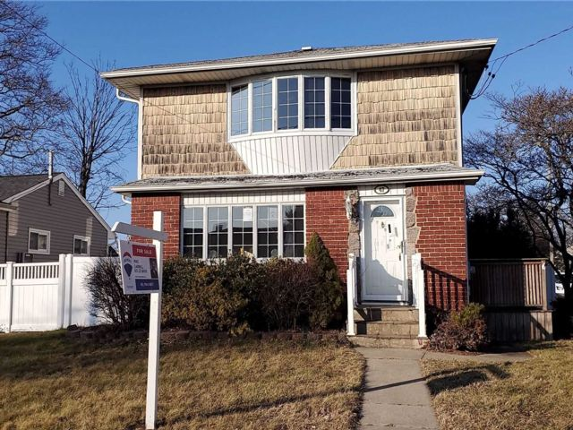 5 BR,  2.00 BTH Raised ranch style home in Hicksville