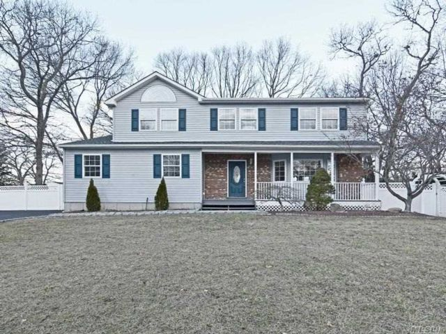 4 BR,  2.50 BTH Colonial style home in Ronkonkoma