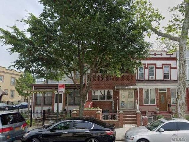 6 BR,  4.00 BTH Colonial style home in Kensington
