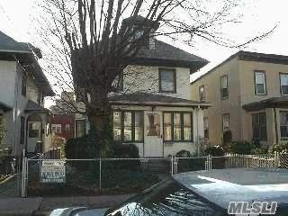 3 BR,  3.00 BTH Colonial style home in Far Rockaway