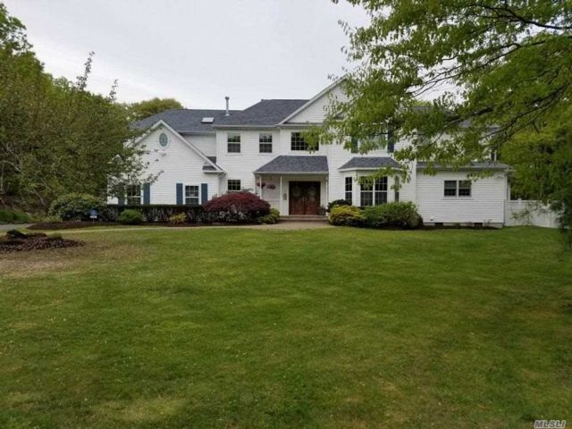 5 BR,  5.00 BTH  Traditional style home in Manorville