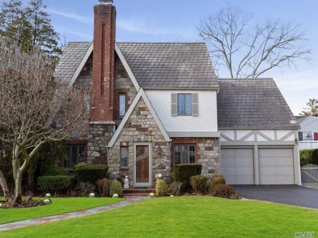 4 BR,  2.50 BTH Colonial style home in Rockville Centre