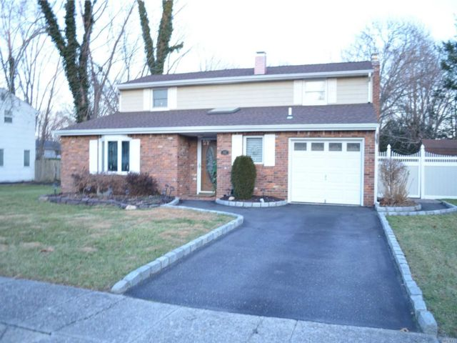 4 BR,  3.00 BTH  Colonial style home in Selden