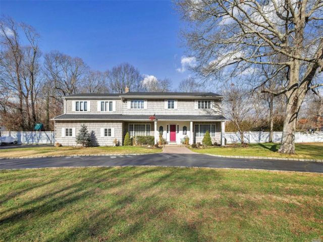 5 BR,  3.50 BTH Colonial style home in East Islip