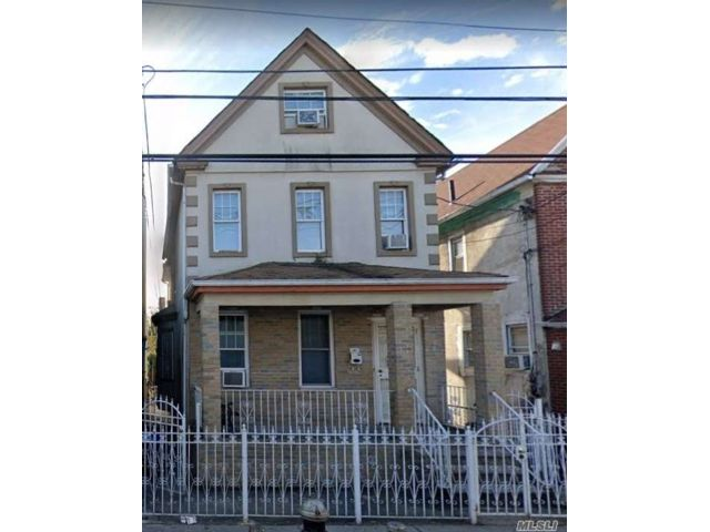 5 BR,  3.00 BTH Colonial style home in Corona
