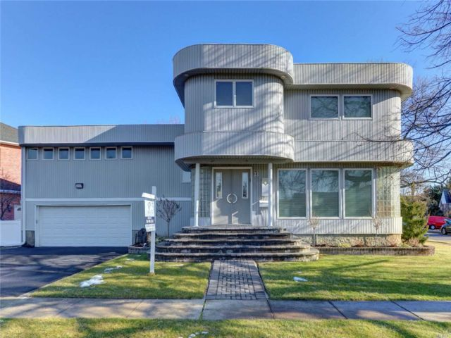 4 BR,  3.00 BTH  Contemporary style home in East Rockaway