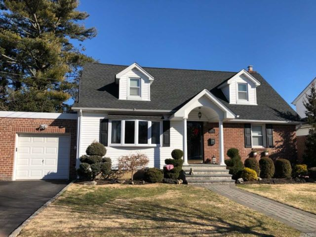 4 BR,  2.00 BTH Exp cape style home in Mineola