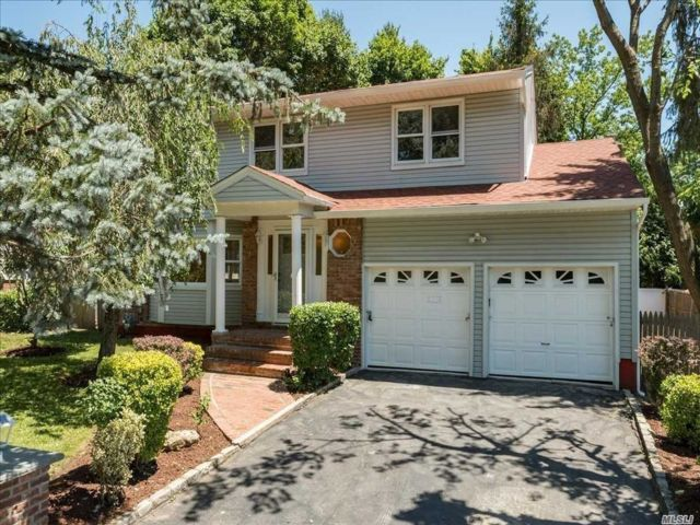 4 BR,  3.50 BTH Colonial style home in Roslyn Harbor