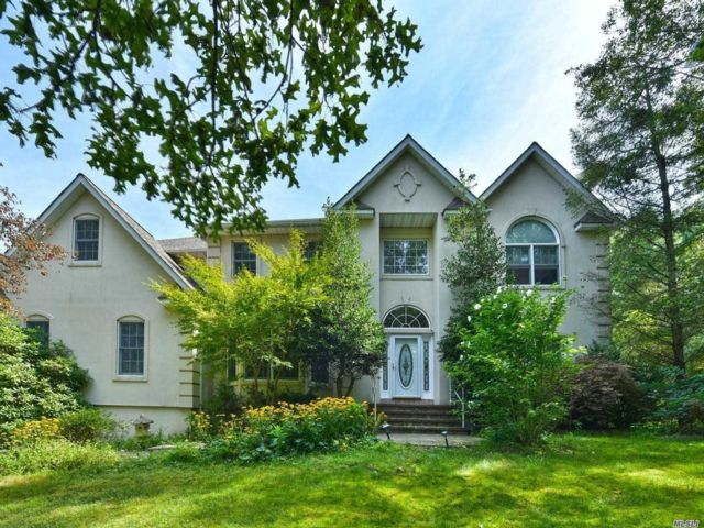 6 BR,  4.50 BTH  Colonial style home in Dix Hills